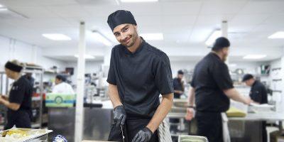 delovne uniforme v kuhinji