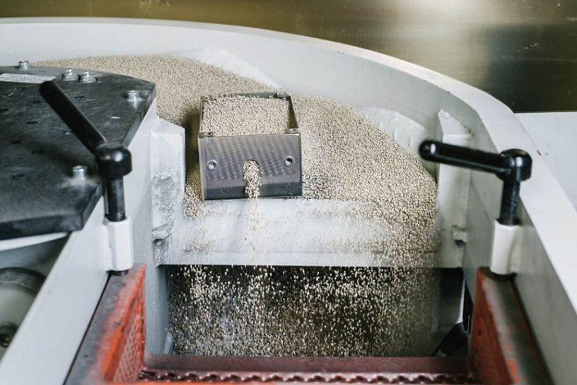 Peskanje pripravi kovino na nadaljno obdelavo