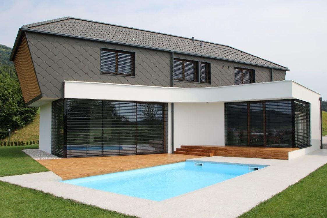 Hiša z ravno streho in bazenom