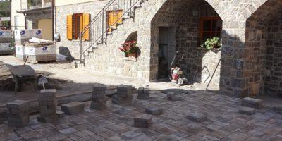 Tlakovanje dvorišča za dovršen videh doma